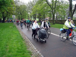 Family on foot and on bikes